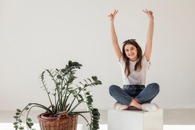 Moça que tem seus braços no ar