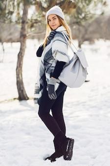 Moça que veste o cobertor em um campo nevado
