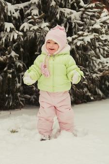 Moça se divertindo no belo parque de inverno durante