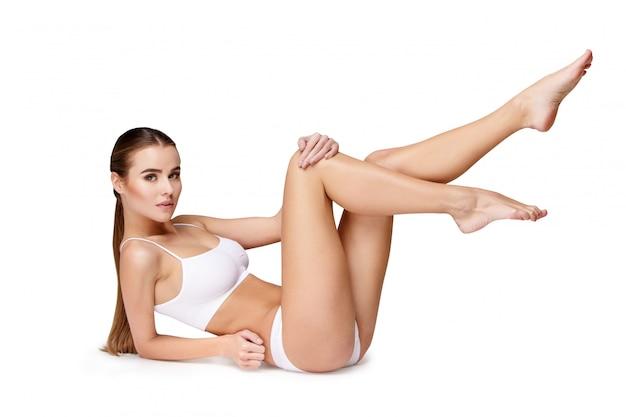 Moça sexy em lingerie branca