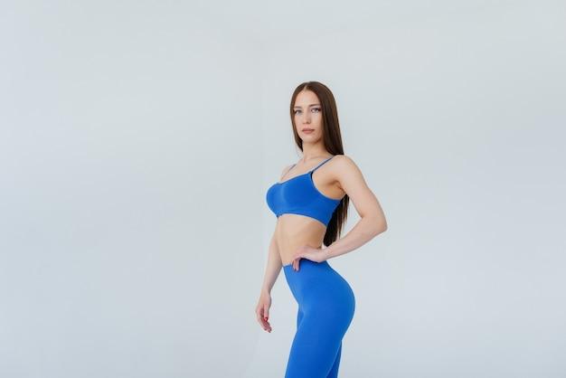 Moça sexy, posando em um agasalho azul