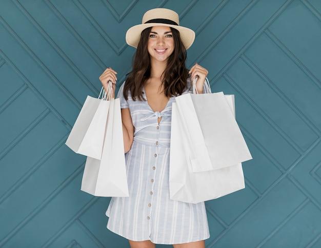 Moça sorridente com chapéu e vestido