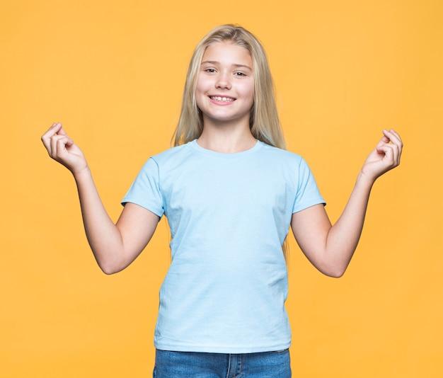 Moça sorridente com fundo amarelo