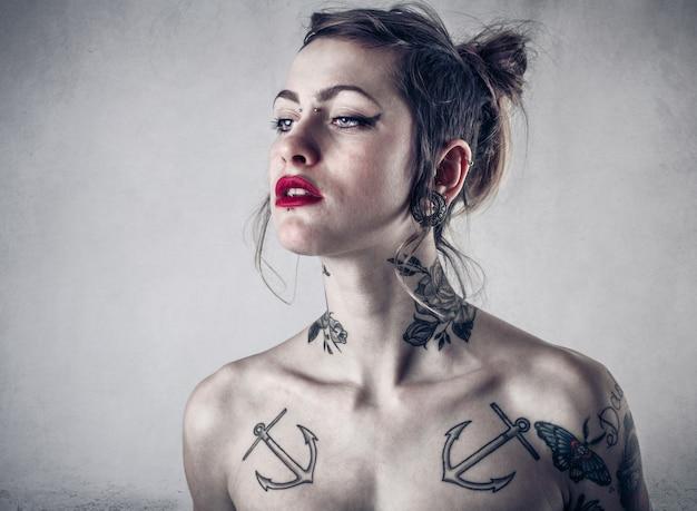 Moça tatuada