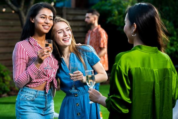 Moças alegres junto com bebidas