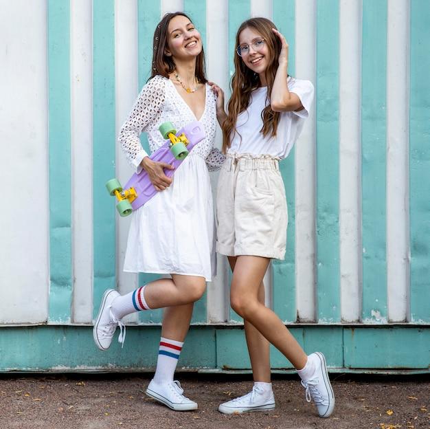 Moças com skate