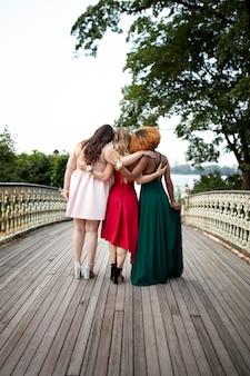 Moças lindas com seus vestidos de formatura