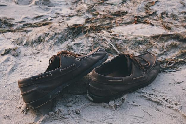 Mocassins de sapatos de barco mocassins mocassins em um close de praia de areia à noite