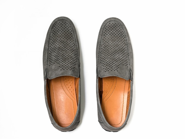 Mocassins novos de veludo cinza isolados no fundo branco, sapatos masculinos