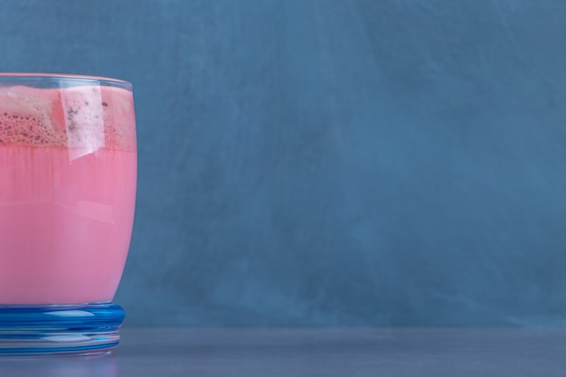 Mocha com leite rosa com leite, na mesa de mármore.