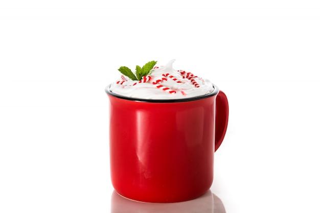 Mocha de café de menta decorado com bastões de doces para o natal em branco