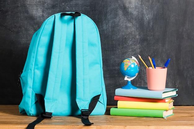 Mochila com livros e globo