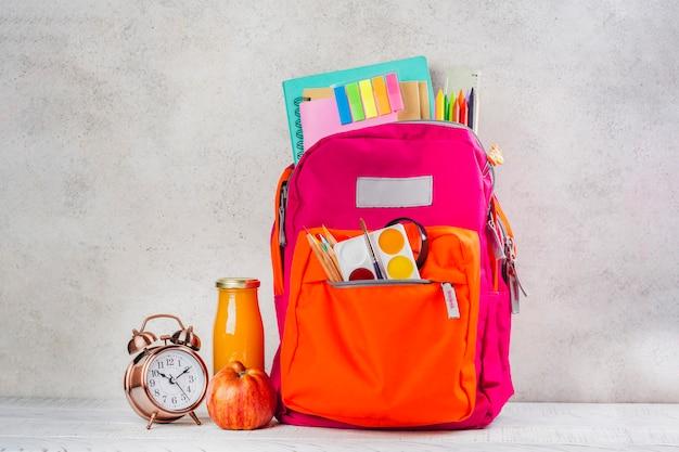 Mochila com utensílios de escola