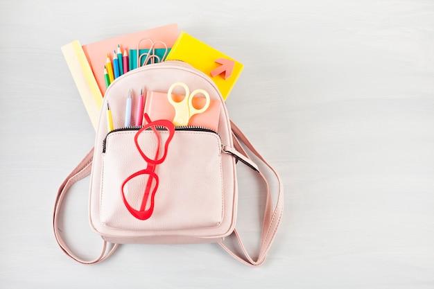 Mochila de estudante e vários materiais de escola.