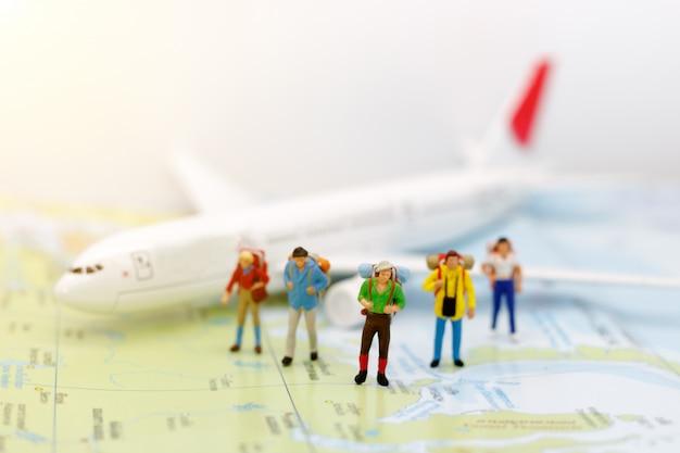 Mochila de pessoas em miniatura viajando