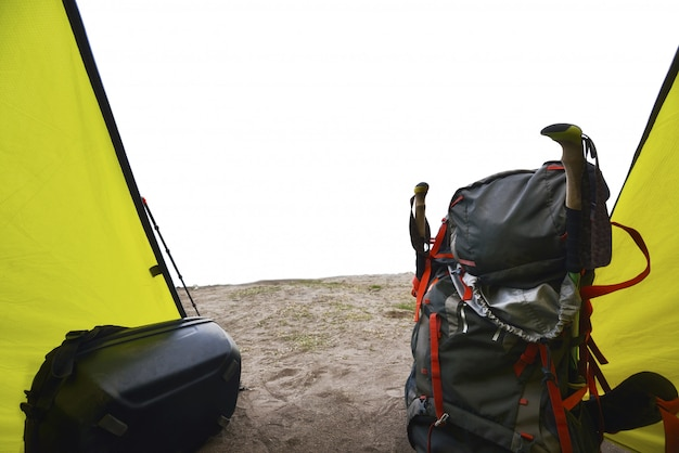 Mochila de turistas na tenda