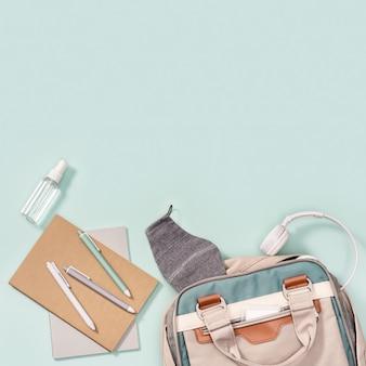 Mochila e material escolar, cadernos, canetas, fone de ouvido, máscara para proteção contra infecções e desinfetante para as mãos