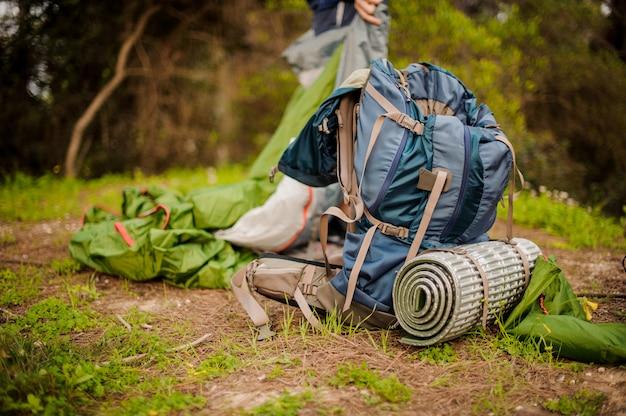 Mochila e outros equipamentos para caminhadas no chão