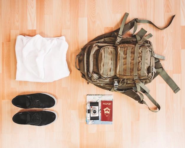 Mochila e roupas de viagem