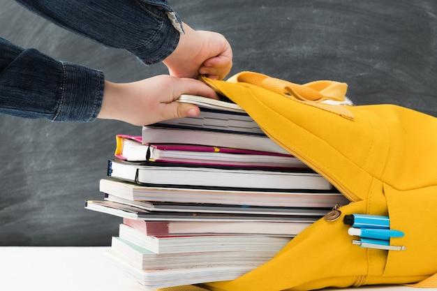 Mochila escolar amarela brilhante cheia de livros