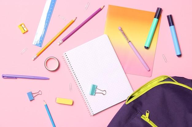 Mochila escolar e conceito de papelaria escolar de volta às aulas