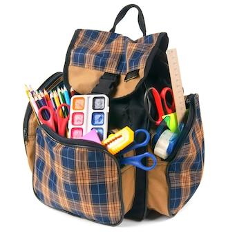 Mochila escolar e ferramentas escolares. sobre um fundo branco.