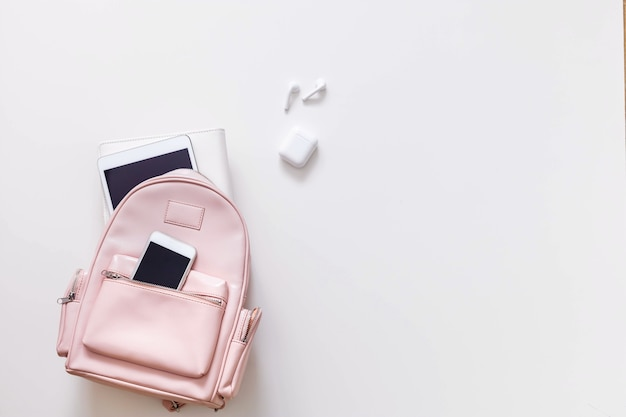 Mochila feminina de estudante cheia de material escolar isolado com espaço de cópia. conceito de volta às aulas