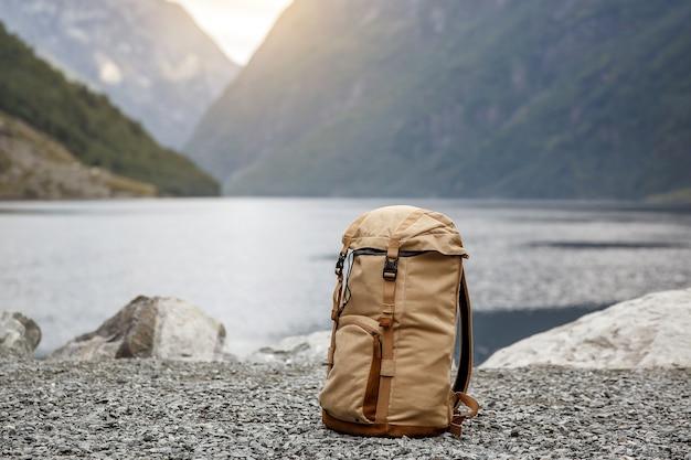 Mochila para turistas. fiordes da noruega ao fundo