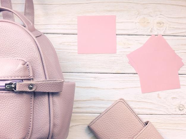 Mochila rosa, carteira e cartões de papel
