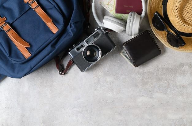 Mochila vintage e vintage câmera em mármore