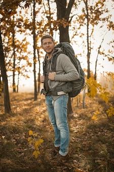 Mochileiro caminhadas na natureza outono ao ar livre