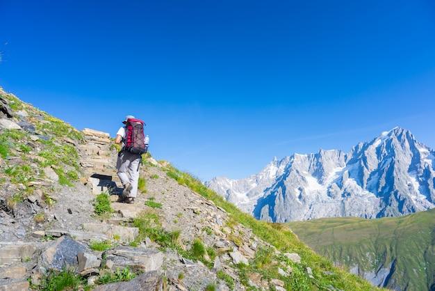 Mochileiro caminhadas nos alpes