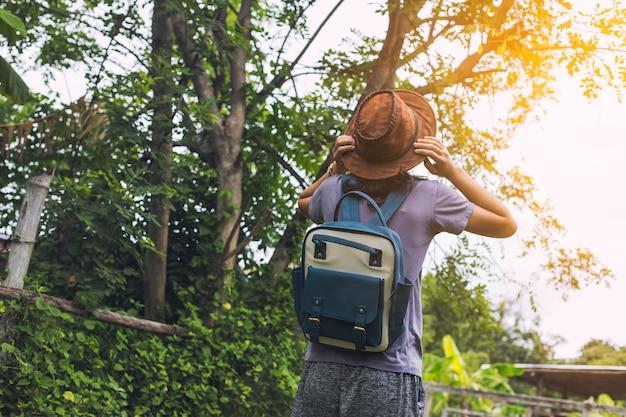 Mochileiro com uma mochila grande