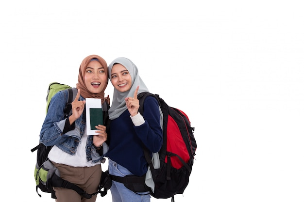 Mochileiro de mulher muçulmana segurando o passaporte