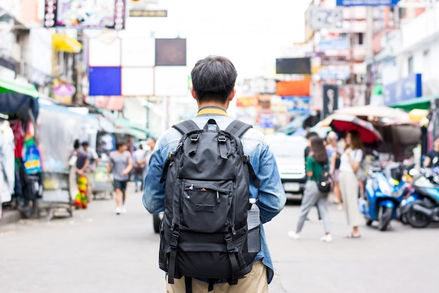 Mochileiro de turista viajando na estrada de khao san bangkok tailândia