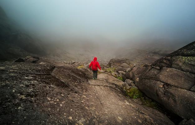 Mochileiro em caminhada nas altas montanhas