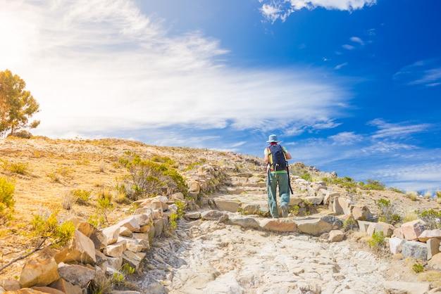 Mochileiro explora a trilha inca na ilha do sol, lago titicaca