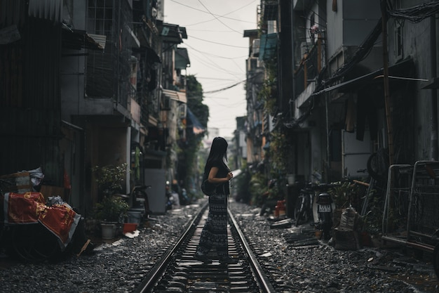 Mochileiro mulher, ficar, ligado, um, trilha trem, em, hanoi, vietnã