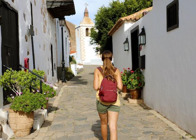 Mochileiro visitando a pequena e aconchegante cidade de betancuria, na espanha