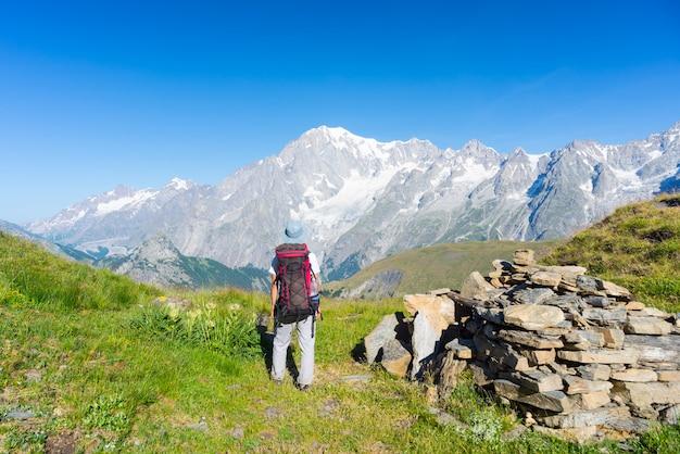 Mochileiros caminhadas nos alpes, majestoso mont blanc