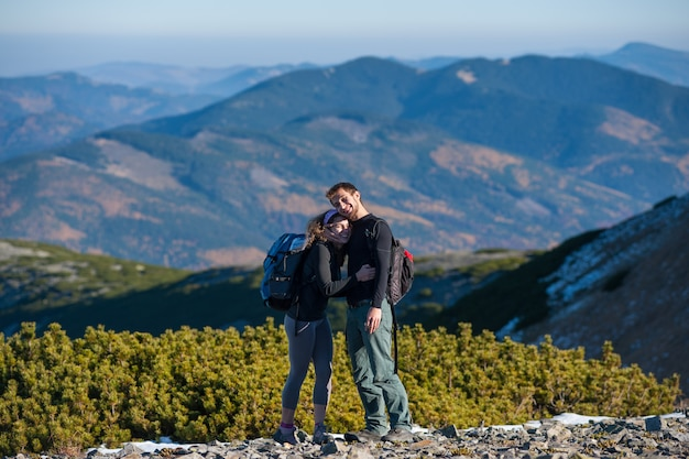 Mochileiros casal feliz desfrutando de montanhas