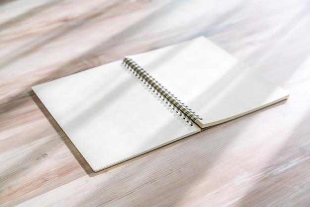 Mock caderno em branco sobre fundo de madeira