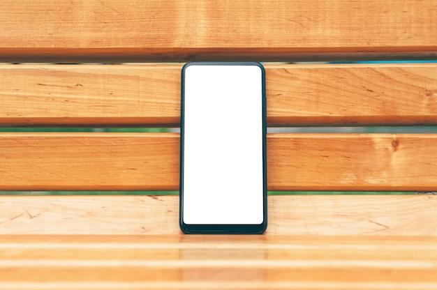 Mock-se close-up do smartphone em um fundo de parede de madeira.
