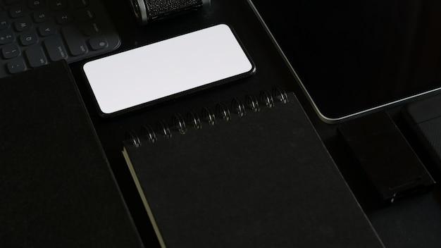 Mock-se composição de gadget de escritório no local de trabalho de couro escuro