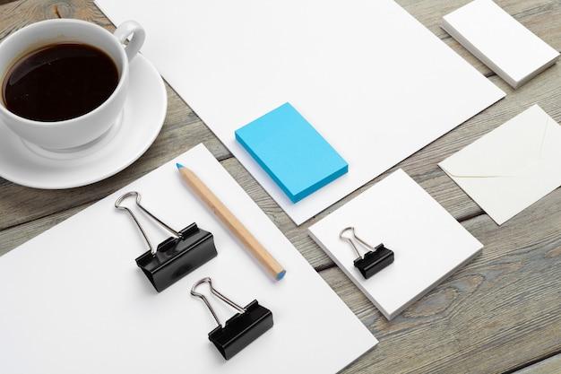 Mock-se conjunto de modelo de identificação, caderno e xícara de café.