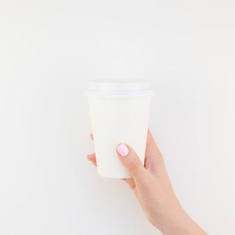 Mock-se da xícara de café na mão feminina