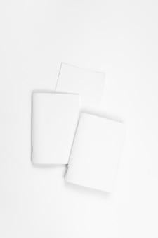 Mock-se de folhas de papel em branco do caderno para brochura ou caderno na parte superior do fundo branco isolado.