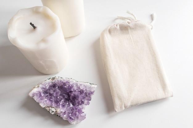 Mock-se de saco de algodão de baralho de tarô, ametista e velas em branco