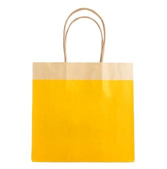 Mock-se de um saco de papel kraft amarelo com uma caneta sobre um fundo branco. objeto isolado