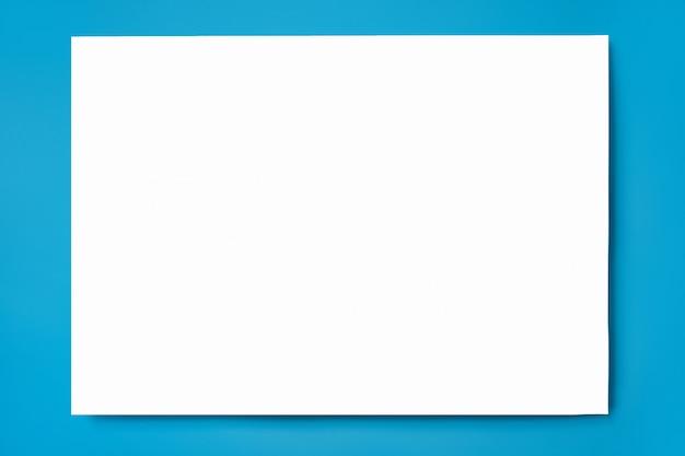 Mock-se de uma folha de papel a4 branco sobre uma superfície azul